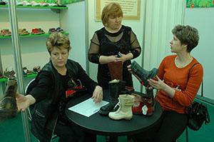 Ведущий менеджер Торгового дома «ПК-«Заря» Татьяна Александровна КОНЯКИНА с клиентами-посетителями стенда «Парижской коммуны» на выставке «Мосшуз».